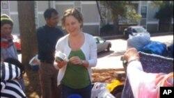 美国疾病预防控制中心一名义工向不丹难民分发衣服、玩具等用品(资料照)