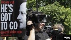Para demonstran anti-pemerintah menuntut mundurnya PM. David Cameron dalam aksi unjuk rasa di London (19/7).