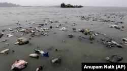 中国的雅鲁藏布江流入印度后被称作布拉马普特拉河 (资料图,2012年3月21日)。