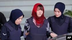 Cô Đoàn Thị Hương, ở giữa, bị cảnh sát áp giải khi rời tòa thượng thẩm Shah Alam ở Malaysia. Ảnh chụp ngày 14/3/2019. (AP Photo/Vincent Thian)