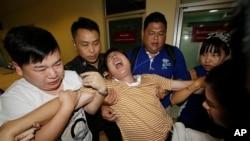 Thân nhân một nạn nhân người Trung Quốc từ tỉnh Giang Tây đến nhận thi thể người thân thiệt mạng trong vụ đánh bom than khóc tại bệnh viện ở Bangkok, ngày 20/8/2015.