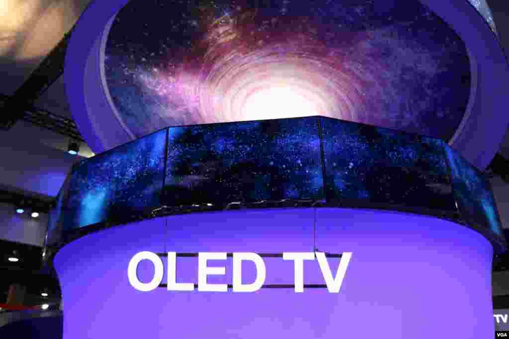 نمایشگاه محصولات الکترونیکی CES تلویزیون های OLED که در آنها از پلیمر نور افشان استفاده شده کیفیتی بی سابقه دارد. این تلویزیون ها سبک و کم مصرف هستند.