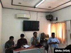"""Koalisi Masyarakat Sipil dan Nelayan Kecil Tradisional dalam konferensi pers """"Peluncuran laporan Pulau-Pulau Kecil, di Jakarta, Rabu, 20 November 2019. (Foto: VOA/Ghita)"""