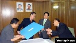 지난달 27일 북한 전승절 60주년 기념행사 기간에 방북한 평화자동차 박상권 사장(오른쪽 두번째)이 김양건 노동당 통일전선부 부장(왼쪽 두번째)과 면담했다.