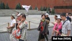 俄罗斯战略转向亚洲和中国。夏季莫斯科红场上的亚洲游客。 (美国之音白桦拍摄)