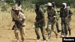 Membros das forças governamentais malianas treinam a 600 Km a nordeste de Bamako
