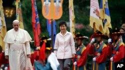 教宗方濟各在首爾的明洞教堂主持彌撒,南韓總統朴槿惠也有出席。