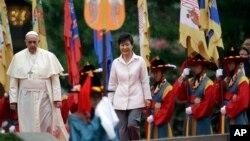 Папа римский Франциск и Пак Кын Хе