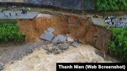 Một mảng đường Quốc lộ 32 qua huyện Tân Yên, Lai Châu bị cuốn trôi.