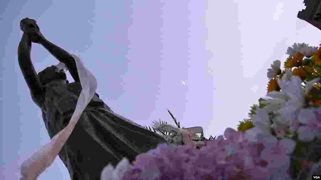 民主女神像被鲜花簇拥(美国之音国符拍摄)