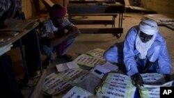 馬里工作人員在點算選票