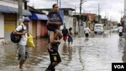 El gobernador del estado de Río de Janeiro, Sergio Cabral, pidió a la Armada enviar helicópteros para transportar a los rescatistas.