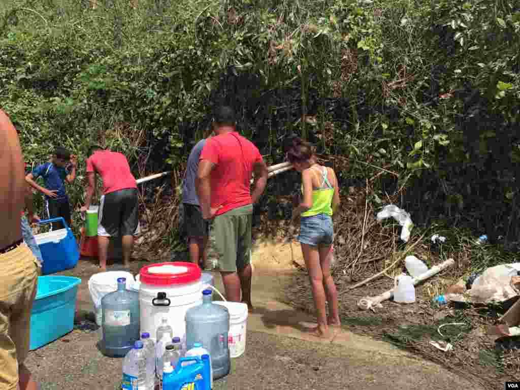 Residentes en Manatí, Puerto Rico, recogen agua de lluvia para aliviar la ausencia de agua potable y electricidad tras el paso del huracán María. (VOA/Celia Mendoza)