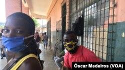 Cidadãos com máscaras em São Tomé e Príncipe