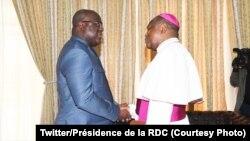 Président Félix Tshisekedi ayambi Mgr Fridolin Ambongo, episkopo ya lokumu ya engumba Kinshasa, na Cité ya Union africaine, le 26 avril 2019. (Twitter/Présidence de la RDC)