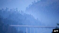 Cây cầu phân cách thị trấn Los Alamos, New Mexico, với Phòng thí nghiệm quốc gia Los Alamos bị bao phủ trong khói, 28//6/2011