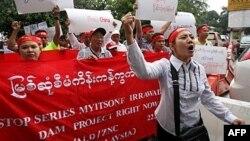 Dân Miến Ðiện ở Malaysia biểu tình gần Ðại sứ quán Miến Ðiện, ở Kuala Lumpur phản đối dự án xây đập thủy điện Myitsone