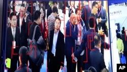 资料照:中国北京一个展销会上展示的人脸识别监控技术。(2018年10月23日)