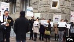 معترضان در مقابل ساختمان هتل ترامپ در شهر واشنگتن.