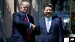 Presiden AS Donald Trump berjabat tangan dengan Presiden China Xi Jinping usai pembicaraan di Mar-a-Lago, Florida, hari Jum'at (7/4).