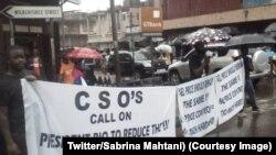 Quelques personnes sont face aux forces de sécurité lors d'une manifestation contre une augmentation du prix du carburant en Sierra Leone, sur une photo publiée le 17 juillet 2018. (Twitter/Sabrina Mahtani)