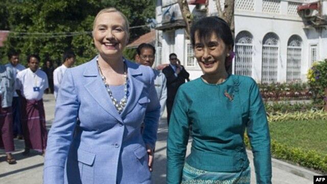 Lãnh tụ Dân chủ Miến Ðiện Aung San Suu Kyi và Ngoại trưởng Mỹ Hillary Clinton tại Rangoon, ngày 2/12/2011