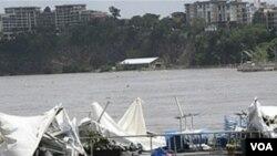 Los restos del restaurante flotante llamado Drift Cafe, flotan a la deriva en las calle de Brisbane.