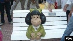 La escultura de Mafalda está a pocos metros de la casa de su creador, Quino.