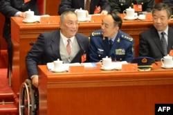 2012年11月8日,邓小平的儿子邓朴方(左)在人民大会堂举行的中共十八大开幕式上。
