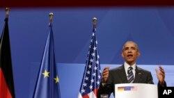 Presiden AS Barack Obama berbicara dalam konferensi pers dengan Kanselir Jerman Angela Merkel di Istana Herrenhausen di Hannover, Jerman (24/4). (AP/Michael Sohn)