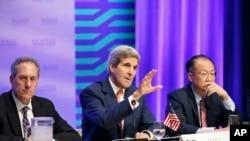 Državni sekretar Džon Keri (centar), predsednik Svetske banke Džim Jong Kim (desno) i američki predstavnik za spoljnu trgovinu Majkl Froman (levo) na sastanku u Svetskoj banci u Vašingtonu povodom američkog Akta o rastu i mogućnostima Afrike, 4. avgust 2014.