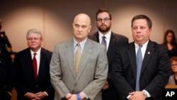 前警員羅伊奧利弗(前左)在辯護律師陪伴下當庭聽取宣判。他因為在德克薩斯州達拉斯槍殺15歲的喬丹‧愛德華茲而裁定犯有謀殺罪並被判處15年監禁