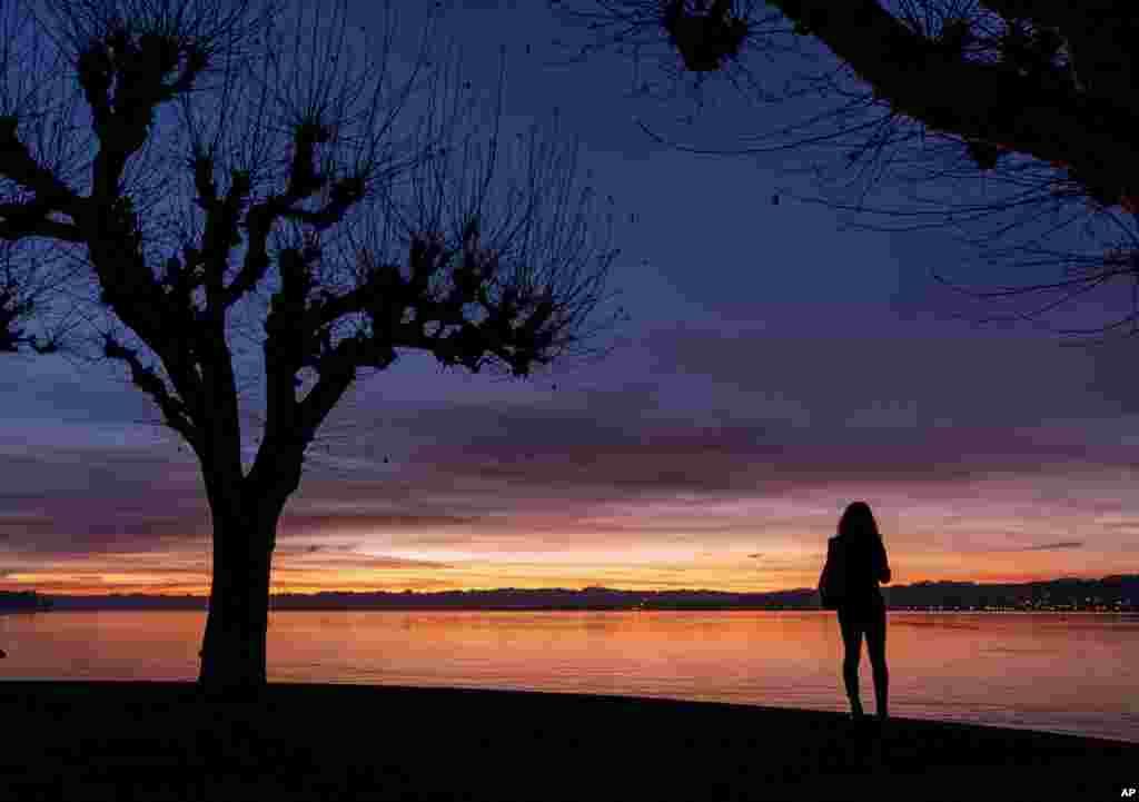 منظرهای از طلوع آفتاب در کنار دریاچه کنستانس در آلمان.