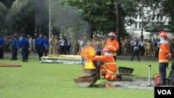 Simulasi pemadaman kebakaran di balai kota Solo. (VOA/Yudha Satriawan)