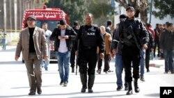 Cảnh sát Tunisia rời khỏi Viện Bảo tàng Bardo sau vụ tấn công gây thiệt mạng cho 19 người và làm bị thương hơn 40 người khác.