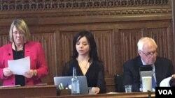 英国保守党人权委员会主席布鲁斯(左) ,林耶凡(中)和前香港总督彭定康( 右) (2016年6月28日,美国之音江静玲拍攝)