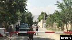 افغان پولیس کے اہلکار جائے واقعہ کی طرف جانے والی ایک گلی میں تعینات ہیں۔