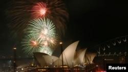 호주 시드니 오페라 하우스에서 31일 자정에 맞춰 새해를 알리는 폭죽이 터지고 있다.