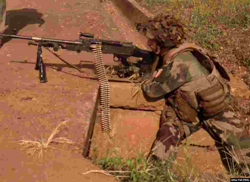 A French solider with his machine gun at a checkpoint in Bangui, Central African Republic, Dec. 22, 2013. Idriss Fall/VOA