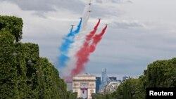 Aviones de combate sobrevolaron los Campos Elíseos en París con motivo del Día de la Bastilla, el jueves, 14 de julio de 2016.