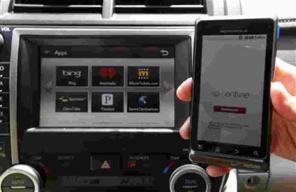 Toyota presenta el sistema de entretenimiento Entune, que se muestra en un Camry 2012 , que permite a los conductores conectarse a las aplicaciones móviles. Toyota se enfrenta a un coche de lucha para mantenerse en la cima con su primer rediseño del Camry