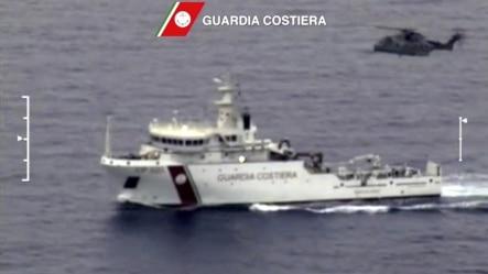 意大利的海岸警卫船和直升机参加搜救行动