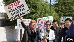 지난 2011년 9월 미국 워싱턴 주재 중국대사관 앞에서 북한자유연합 등 인권단체 관계자들이 중국 정부의 탈북자 강제북송 중단을 촉구하는 시위를 하고 있다. (자료사진)