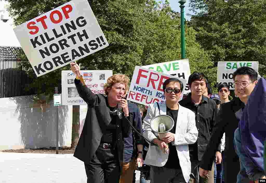 22일 미국 워싱턴 주재 중국대사관 앞에서 중국 정부의 탈북자 강제북송 중단을 촉구하는 시위가 열린 가운데, 강제북송 중단 구호를 외치는 수잔 숄티 미 자유북한연합 대표.