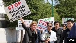 지난 2011년 미국 워싱턴 주재 중국대사관 앞에서 중국 정부의 탈북자 강제북송 중단을 촉구하는 시위가 열린 가운데, 인권단체 회원들이 북한 인권실태를 고발하고 있다. (자료사진)