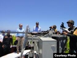 机炮后面站着的,左边是立委林郁方,右边是立委陈镇湘