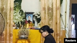在越南河静省,一位女士在一名据信是英国卡车里发现的39名死者之一的一名越南女子的灵位前祈祷。(2019年10月27日)