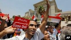 埃及民众7月4日庆祝最高法院首席法官曼苏尔宣誓就任临时总统