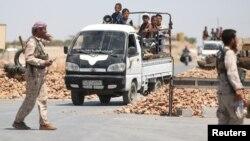 지난 1일 연합군의 지원을 받는 시리아민주군 대원들이 북부 도시 만비지 주변에 검문소를 설치한 가운데, 주민들이 대피하고 있다. (자료사진)