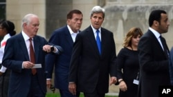 Mantan Menteri Luar Negeri AS, John Kerry (tengah), dan mantan Menteri Keamanan Dalam Negeri Tom Ridge (kedua dari kiri) menghadiri kebaktian perkabungan untuk mendiang Senator John McCain, di Katedral Nasional Washington, Washington D.C., 1 September 2018.